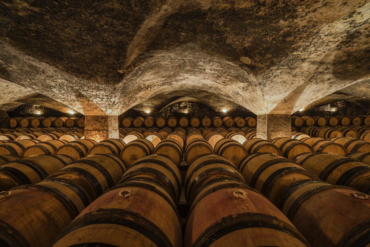 Ils contiennent 228 litres de vin, mais à quoi servent les fûts ?