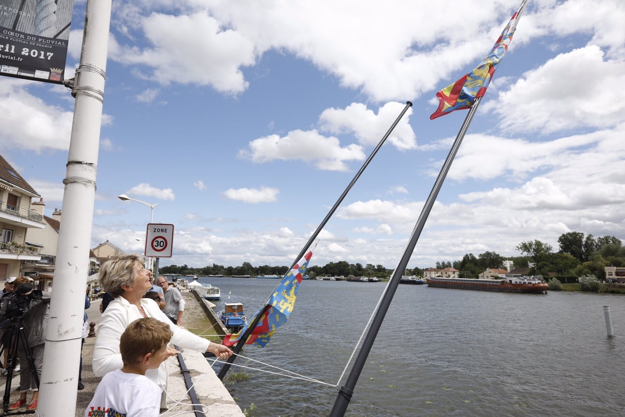 L'étendard burgondo-comtois flotte sur le pont de Losne… et divise