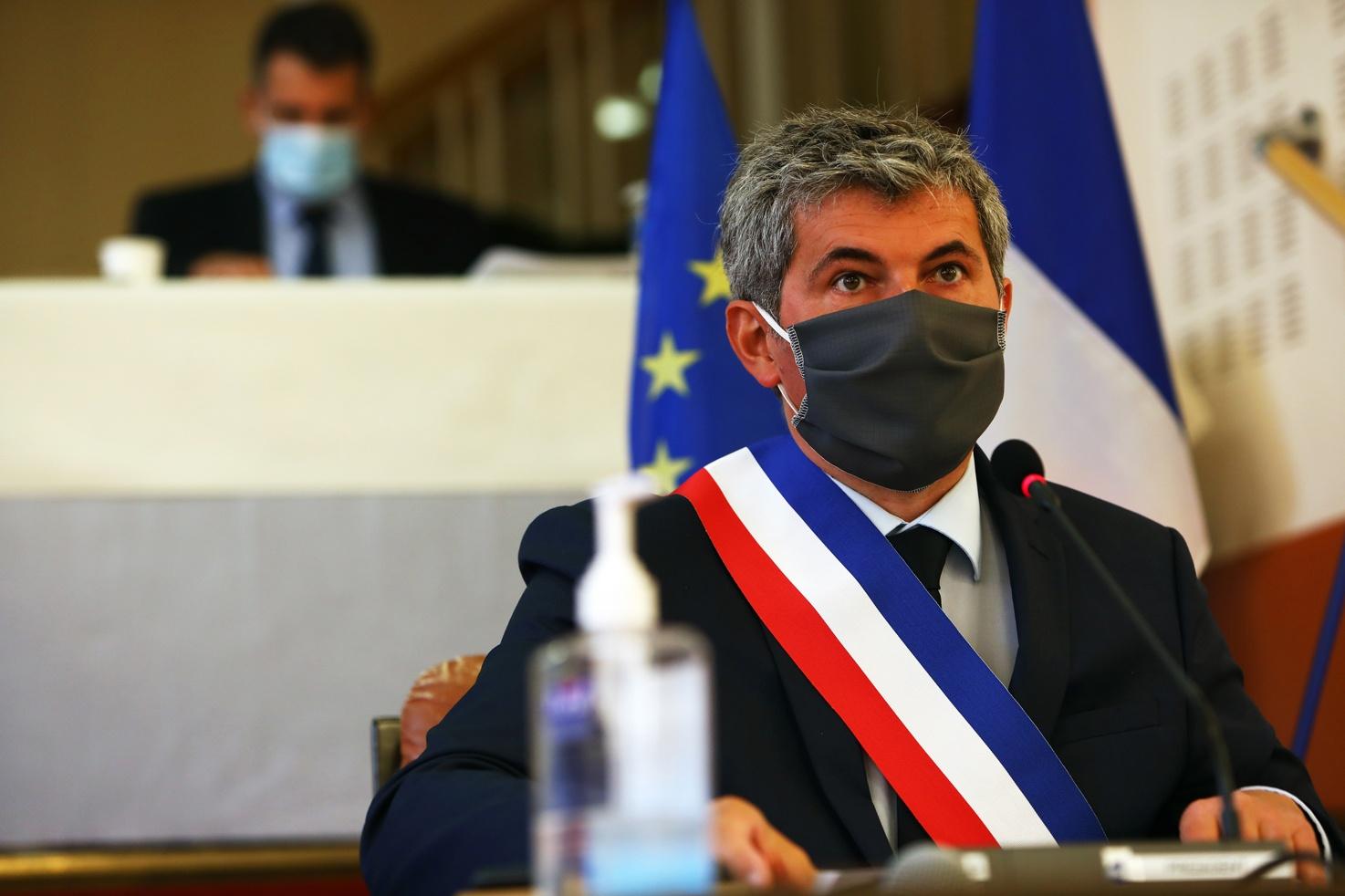 Gilles Platret, réélu à Chalon-sur-Saône, avance sans masque vers la reconstruction